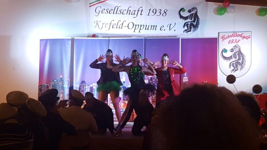 Die Tanzgruppe Närrische Elf aus Essen auf der Kostümsitzung der 38er
