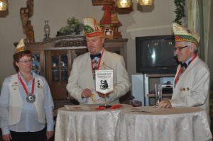 Teile des Vorstands der 38er stehen für die vielen Ehrungen und die Verleihung der Orden bereit