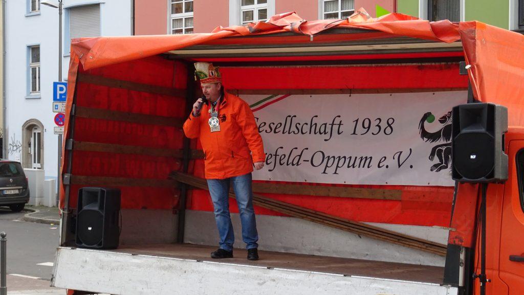 Präsident Sascha Rülicke eröffnet das Altweibertreiben der 38er in Oppum