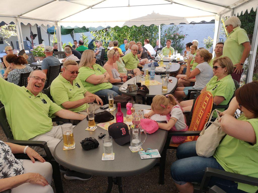 """Die 38er feiern wieder einmal ein tolles Grillfest im Vereinslokal """"Zum Hochfeld"""" und haben offensichtlich Spaß."""