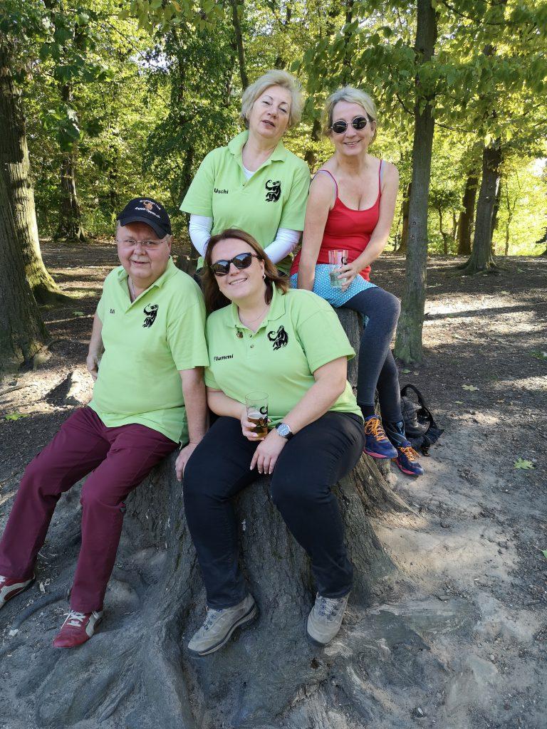 Die 38er genießen die Zeit im Stadtwald und machen eine schöne Pause am See im Krefelder Stadtwald