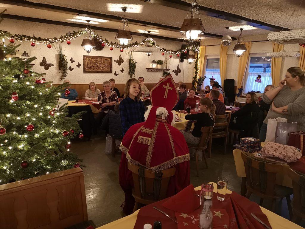 Jedes Kind bekam natürlich ein paar freundliche Worte und einige Geschenke vom Nikolaus.