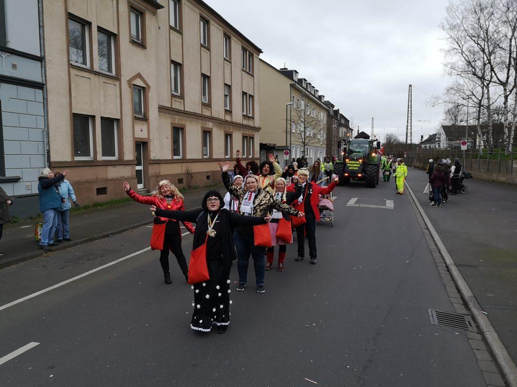 Die 38er von klein bis groß als Fußgruppe beim Oppumer Karnevalszug.